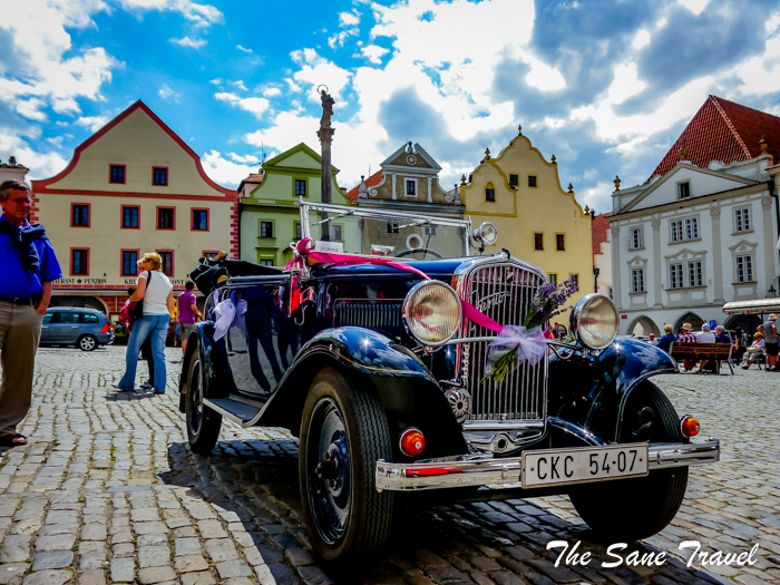 cesky krumlov square old car thesanetravel.com 1250029